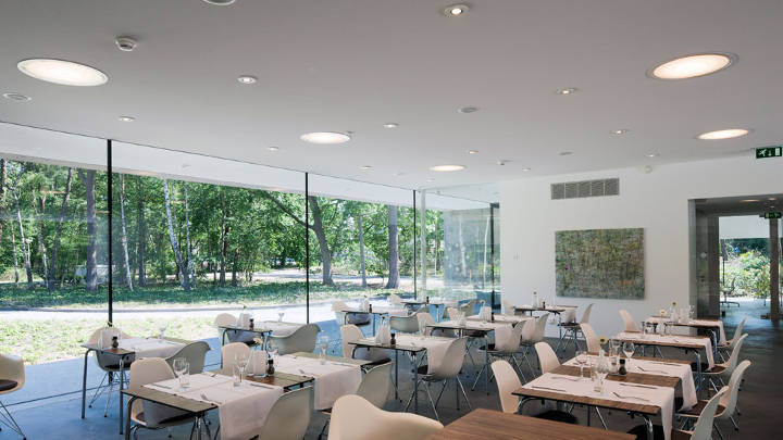 The Tilburg Univeristy Faculty Club restaurant is fresh and modern, thanks to Philips restaurant lighting