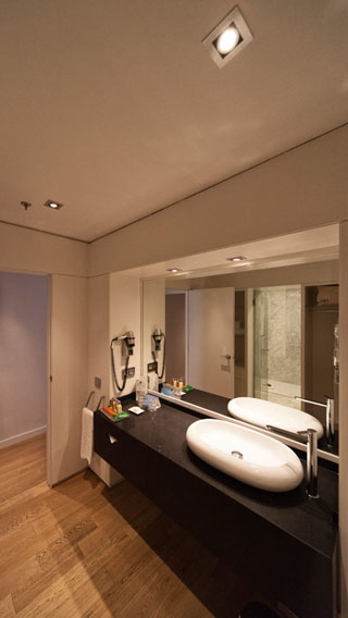The bathroom at NH Hoteles Eurobuilding is illuminated using Philips hospitality lighting