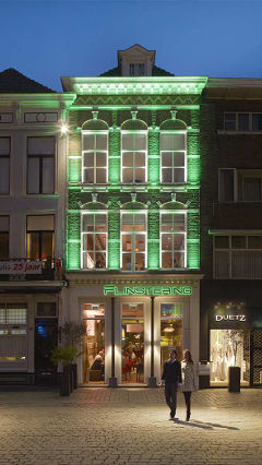 Philips restaurant lighting helps draw attention to the façade of Restaurant Flinstering